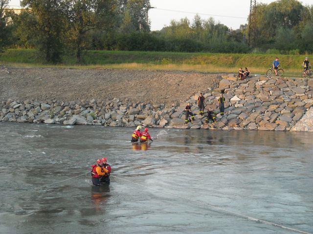 záchrana  dvou osob z vody - řeka Ostravice mezi Vratimovem a O.Hrabovou