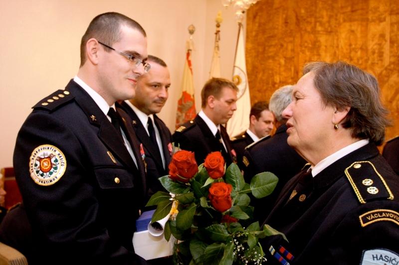 paní Ptošková gratuluje Vítězslavu Bujokovi